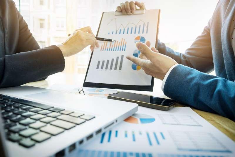 Personas analizando los resultados, otra de las ventajas de la publicidad online