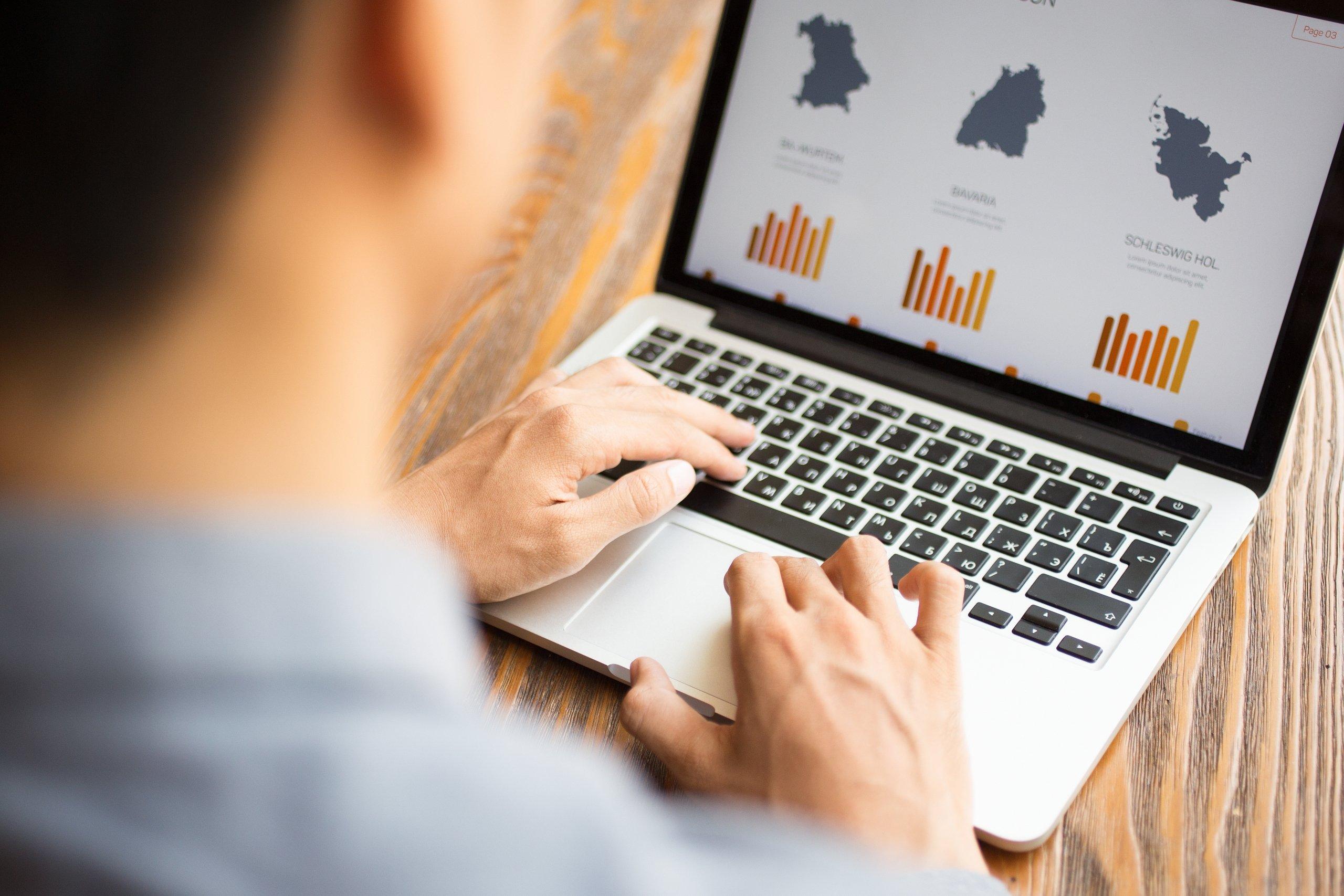 hombre analizando estadísticas de google ads en su portátil