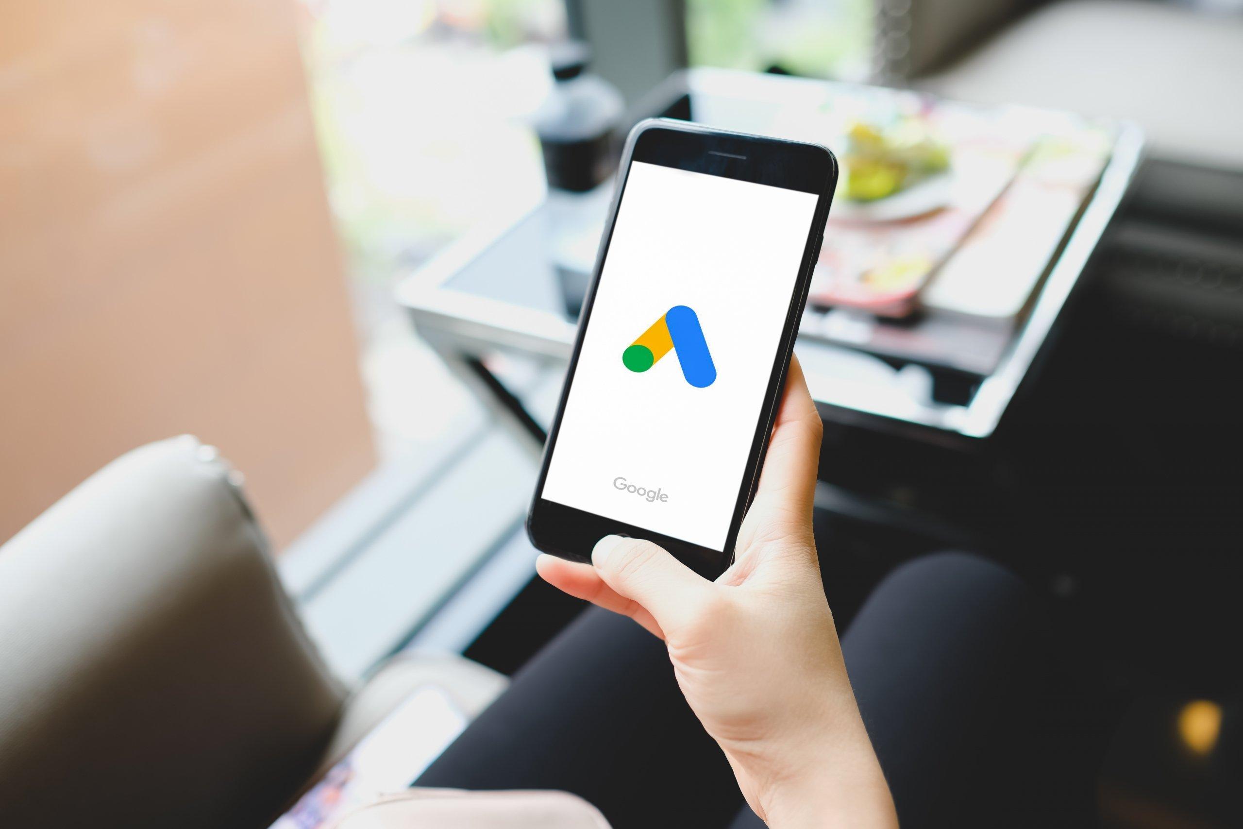 Joven iniciando la aplicación de Google Ads en su smartphone