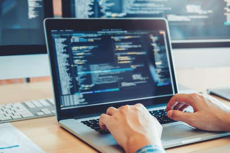 Persona manejando base de datos en portátil para aumentar la seguridad en WordPress