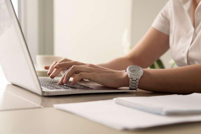 Mujer escribiendo en su blog de WordPress