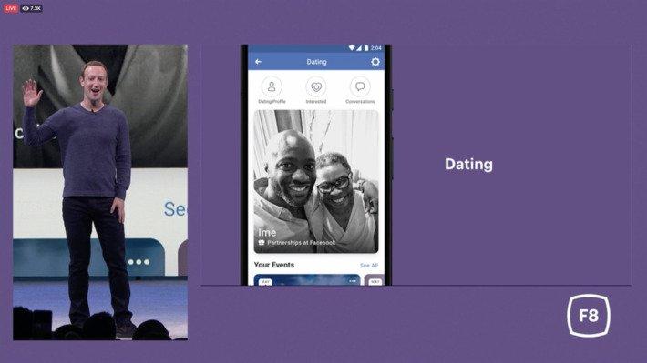 Mark Zuckerberg explicando la novedad Facebook Darting apoyándose de una pantalla