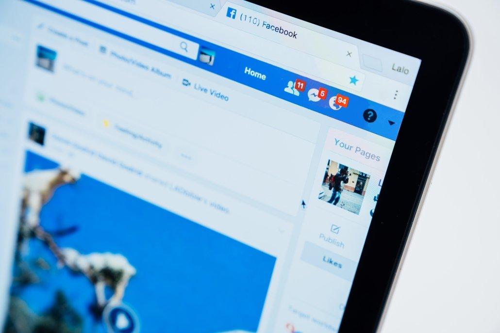 Pantalla de ordenador en la que aparece el panel de notificaciones de Facebook