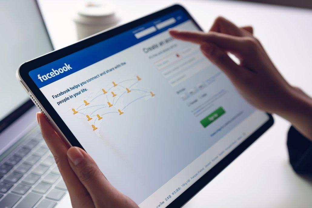 Tablet en la que aparece la página de inicio de sesión o registro de Facebook