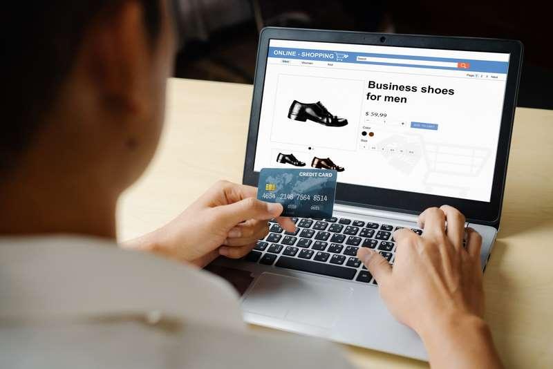 hombre usando tarjeta crédito en tienda online
