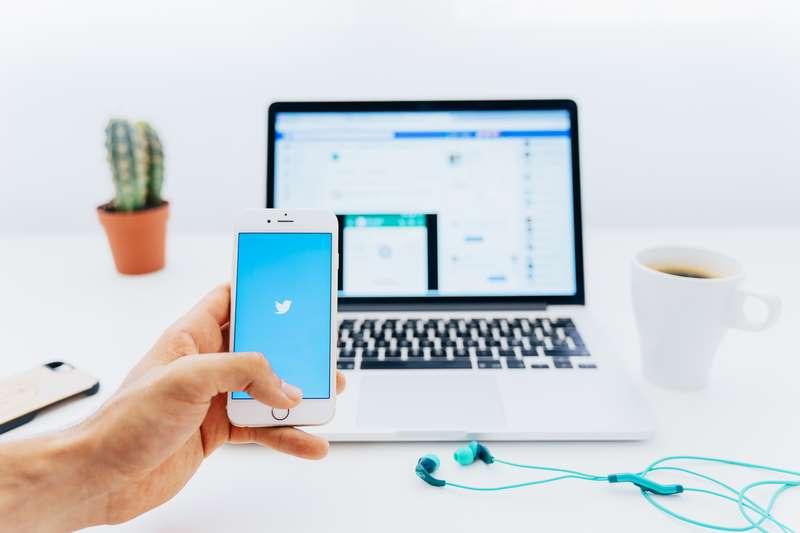Imagen de Twitter en un móvil y en un ordenador