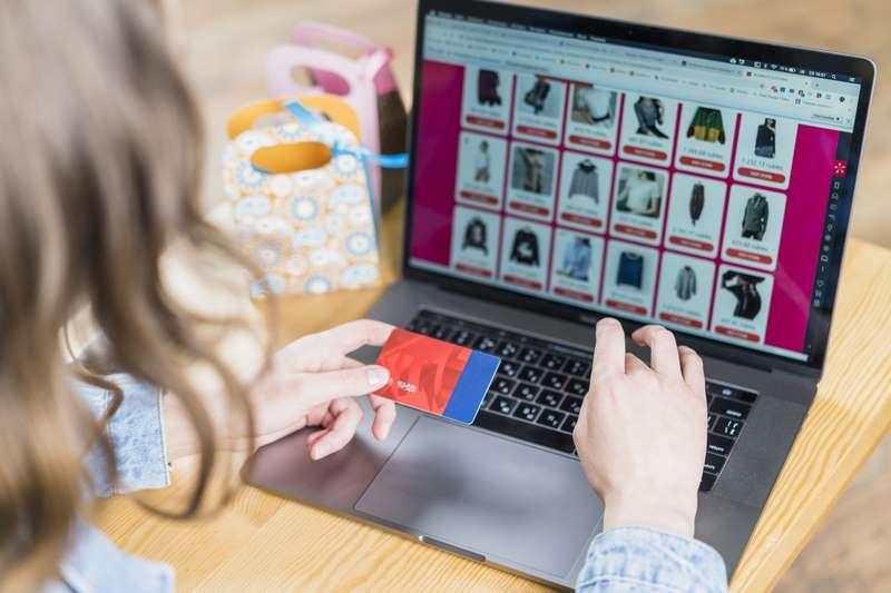 Mujer comprando por internet en una tienda online con diseño WordPress