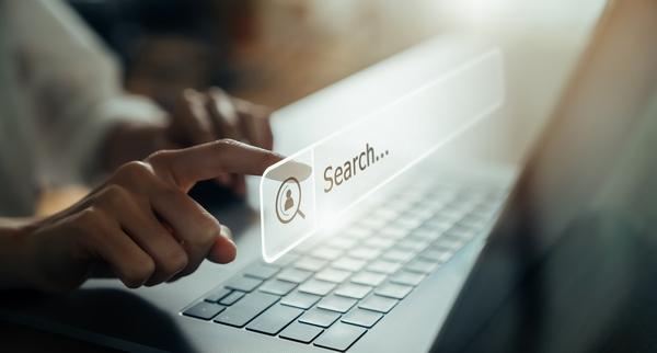Dedo en pantalla táctil realizando una búsqueda en internet