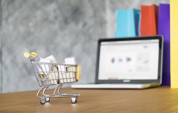 Carrito de la compra con ordenador para hablar de diseño web precios