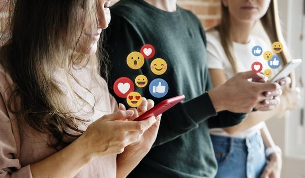 Grupo de jóvenes utilizando las redes sociales